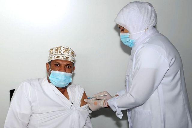 رجل عماني يتلقى جرعة من لقاح فايزر ضد فيروس كورونا في العاصمة العمانية مسقط. 8 يونيو/حزيران 2021.