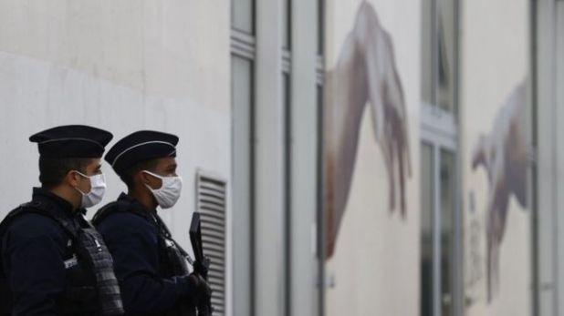 فردان بالشرطة خارج مكاتب شارلي إيبدو السابقة
