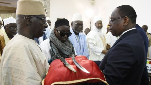 Le président sénégalais Macky Sall (R) reçoit l'épée El Hadj Omar Tall lors d'une cérémonie avec le Premier ministre français Edouard Philippe au palais de la République à Dakar, au Sénégal, le 17 novembre 2019.
