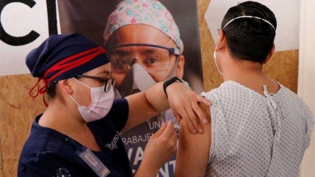 تزریق آزمایشی واکسن شرکت چینی کنسینوبیو به یکی از داوطلبان مکزیکی