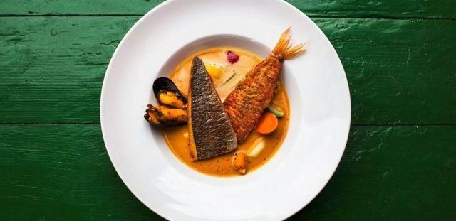 Le poisson est généralement associé à un régime alimentaire plus coûteux - se pourrait-il donc que ceux qui en mangent plus aient un revenu plus élevé et soient plus saints en général?