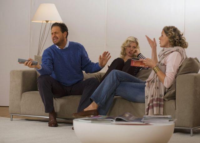 Una familia peleando en el sofá