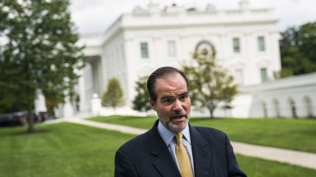 Mauricio Claver-Carone fala em jardim da Casa Branca