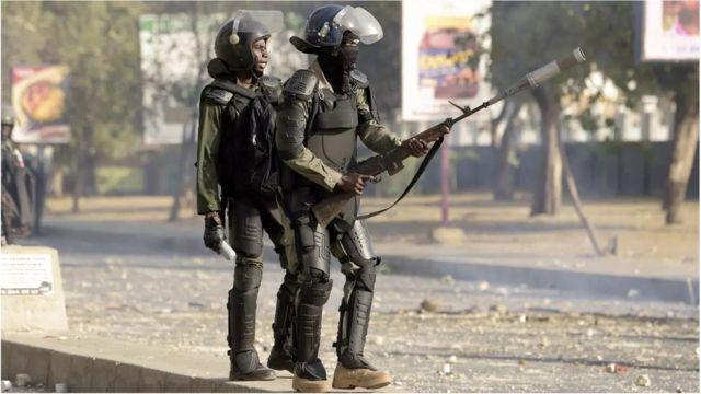 La police sénégalaise repousse les étudiants lors d'une manifestation de soutien au chef de l'opposition Ousmane Sonko au centre Chekh Anta Diop de Dakar le 4 mars 2021