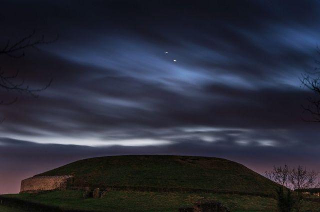 المشتري وزحل كما يظهران في صورة التقطت منتصف الشهر الجاري في مقاطعة ميث بأيرلندا