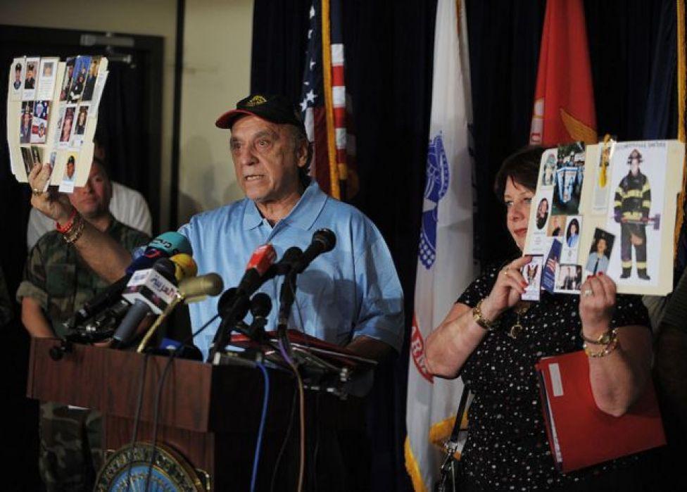 أسرٌ تحمل صور أحبائهم وأبنائهم الذين فقدوا حياتهم