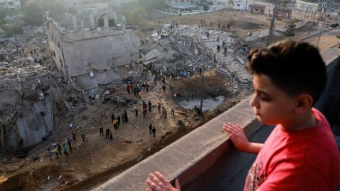 Meninos palestino vendo destruição da guerra em Gaza