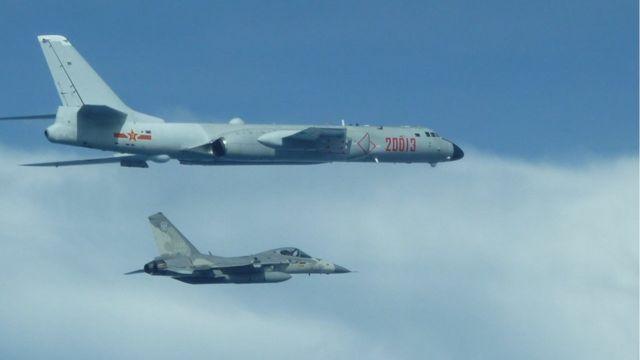 中國大陸軍機近來多次飛越台灣海峽中線。圖為2020年2月10日,台灣F-16戰機升空監控伴飛中國軍機繞台飛行。