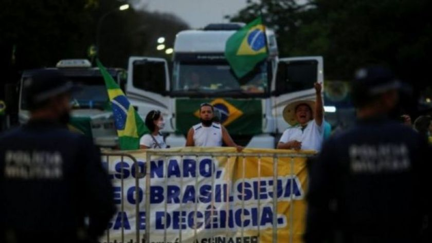 Truck drivers protest with Brazilian flag and poster in favor of Bolsonaro
