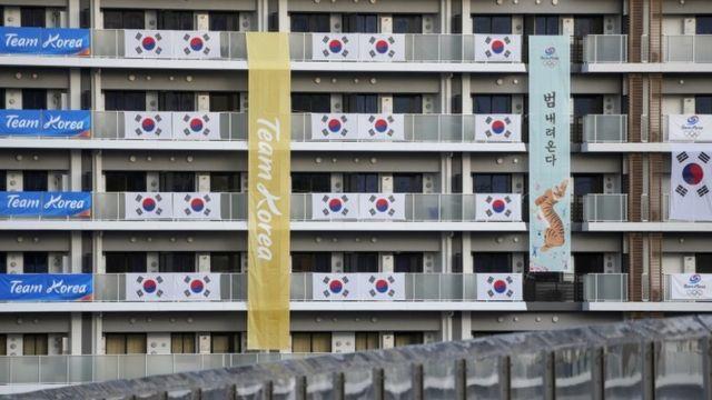Las banderas del equipo olímpico de Corea del Sur se muestran en los edificios que albergan a los participantes de los Juegos Olímpicos en la Villa Olímpica de Tokio, Japón, el 19 de julio de 2021.