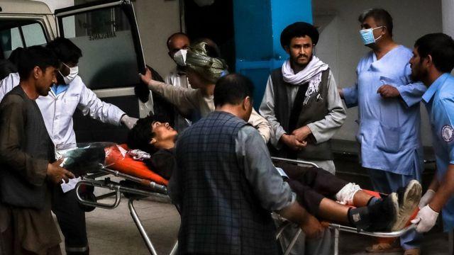 Un hombre herido siendo trasladado a un hospital tras la explosión en el centro de Kabul, en Afganistán, el 8 de mayo de 2021.