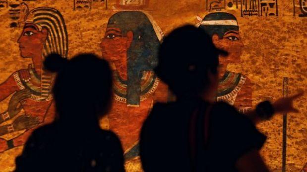Visitantes miran frescos del Valle de los Reyes.