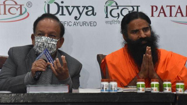 ظهر وزير الصحة الهندي دكتور هارش فاردهان إلى جانب الغورو بابا رامديف
