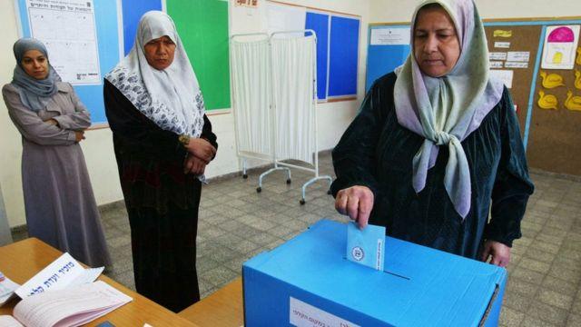 Mujeres árabes israelíes votando en la aldea de Jaljuliya
