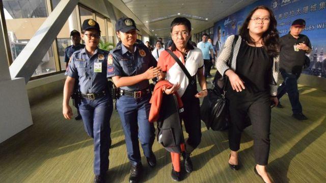 María Ressa, centro, es arrestada en el aeropuerto de Manila, 2019