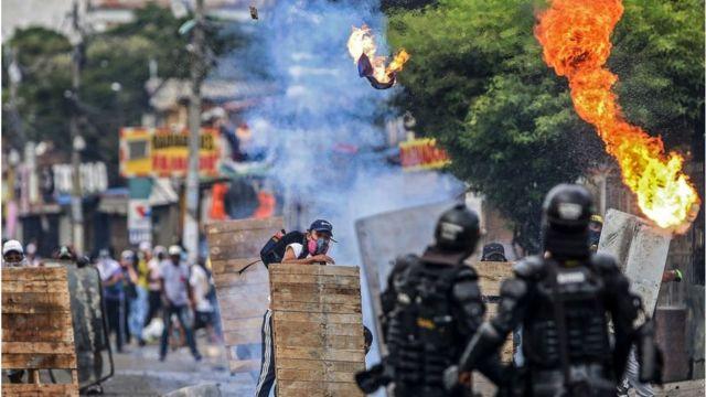 Um confronto entre polícia e manifestantes na Colômbia