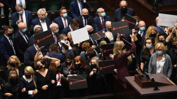 نائبات يحمل لافتات مؤيدة للاحتجاجات داخل البرلمان