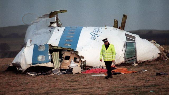 Trozos del avión de Pan Am en tierra.