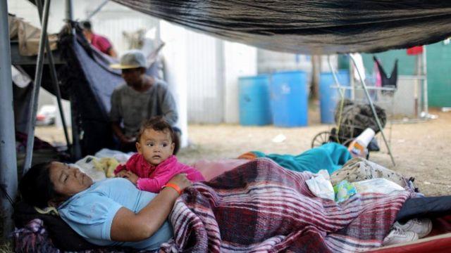 Una abuela junto a su nieta en un campamento improvisado en 2018 en Tijuana, México.