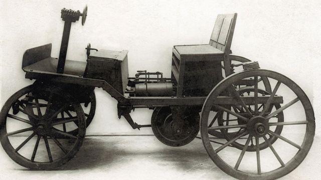 ভিয়েনায় ১৮৭৫ সালে সিগফ্রিড মার্কাসের তৈরি প্রথম পেট্রোলচালিত গাড়ি