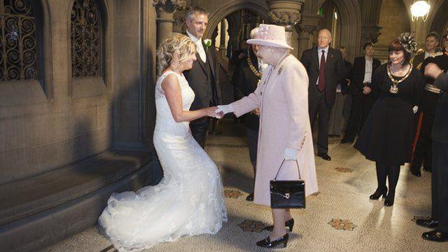 Queen attends Manchester wedding - BBC News