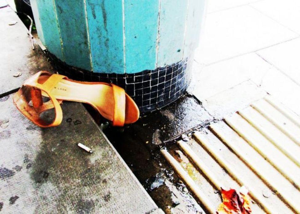 أحذية ومخلفات أخرى على الأرض
