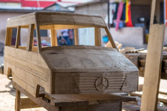 تابوت على هيئة سيارة