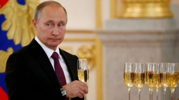 Vladimir Putin con una copa