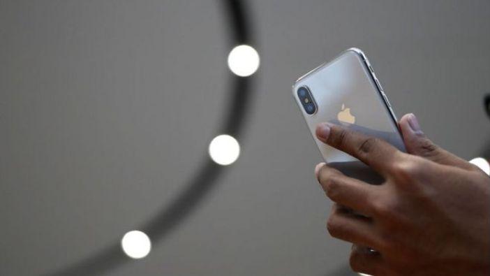Un asistente al evento de Apple observa el nuevo iPhone X