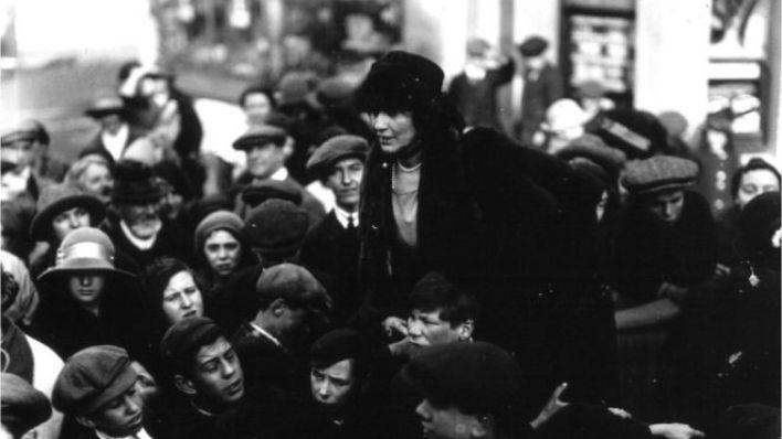 Lady Astor adıyla da bilinen Vikontes Nancy Witcher Lanhorne Astor 1919'da İngiltere'de Avam Kamarası'na giren ilk kadın vekil oldu. Kendisinden bir yıl önce Avam Kamarası'na seçilen ilk kadın olan Constance Markievicz, Sinn Fein'ın parti politikası uyarınca yemin edip göreve başlamamıştı.