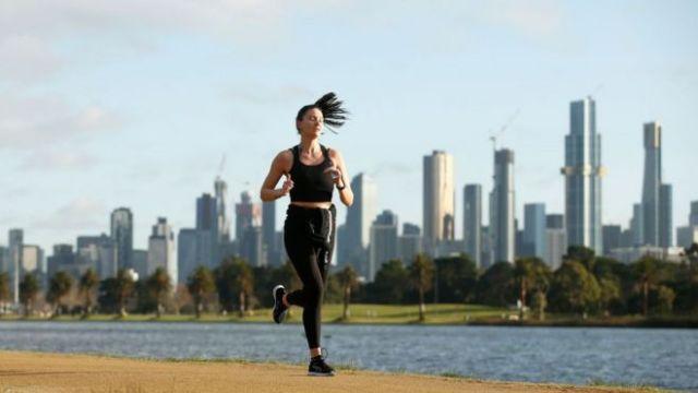 Uma jovem fazendo exercícios em Melbourne, na Austrália