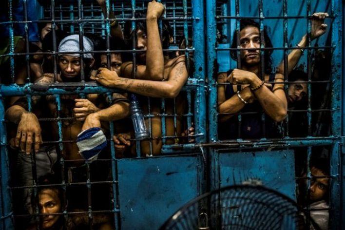 سجناء مشتبه بهم في قضايا مخدرات داخل سجن بمركز شرطة في مانيلا بالفلبين.