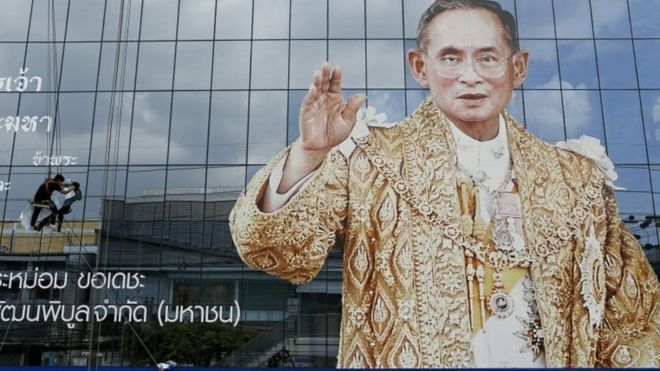 Thai workers install remembrance mourning message next to a portrait of late Thai King Bhumibol Adulyadej at a company building in Bangkok, Thailand, 24 October 2016.