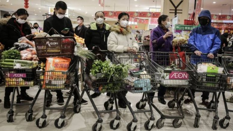 武汉市场里采购的市民