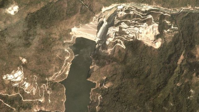 Vista aérea da barragem de Hidroituango em 5 de fevereiro de 2019 - após a barragem, resta apenas um fiapo de rio