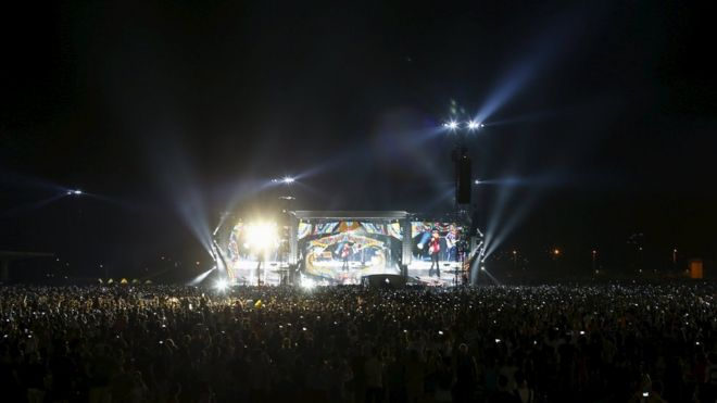 Fans attend a free outdoor concert by the Rolling Stones at Ciudad Deportiva de la Habana sports complex in Havana, Cuba March 25, 2016. REUTERS/Ueslei Marcelino