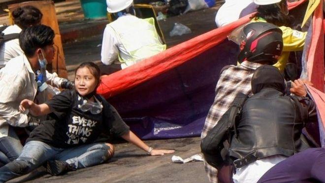 Una joven de 19 años en una protesta en Myanmar.