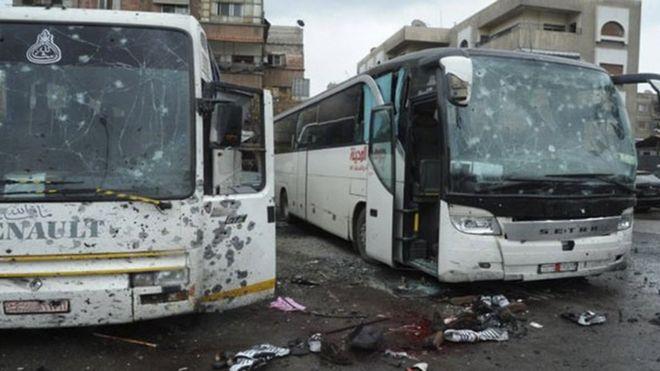 Autobuses dañados y sangre en el suelo tras el ataque en Damasco, Siria.