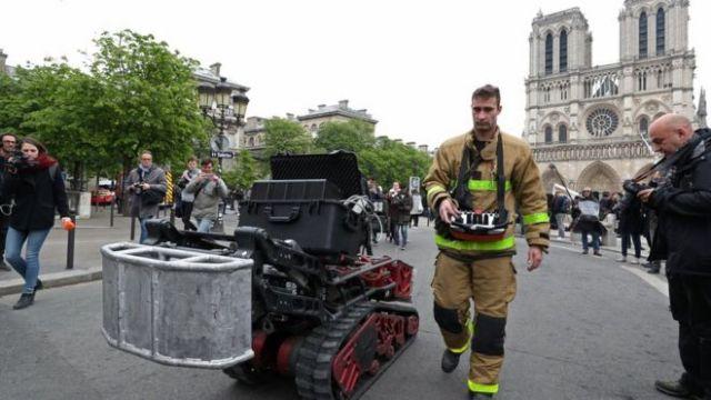 Un bombero se aleja de la catedral de Notre Dame