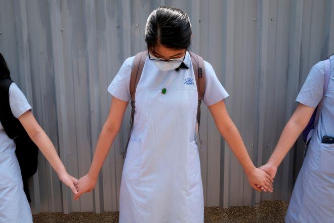 6月の抗議行動で人間の鎖を形成する学生のファイル写真