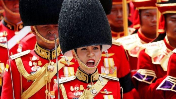 Sineenat Wongvajirapakdi participó en la ceremonia de cremación del rey Bhumibol Adulyadej, antecesor y padre del actual y fallecido en 2016.