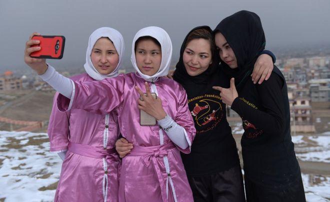 Azimi, wushu sporuyla İran'da bir sığınmacı olarak yaşarken tanışmış.