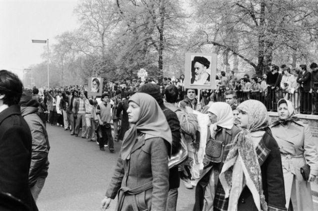 Taageerayaasha Ayatollah Khomeini ayaa dibadbax ka dhigay meel u dhaw safaaradda 1 May 1980.