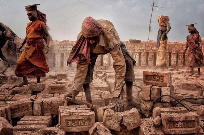 Personas trabajando en Bengala Occidental, en India.