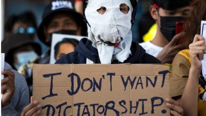 Un manifestante con un cartel contra el régimen militar.