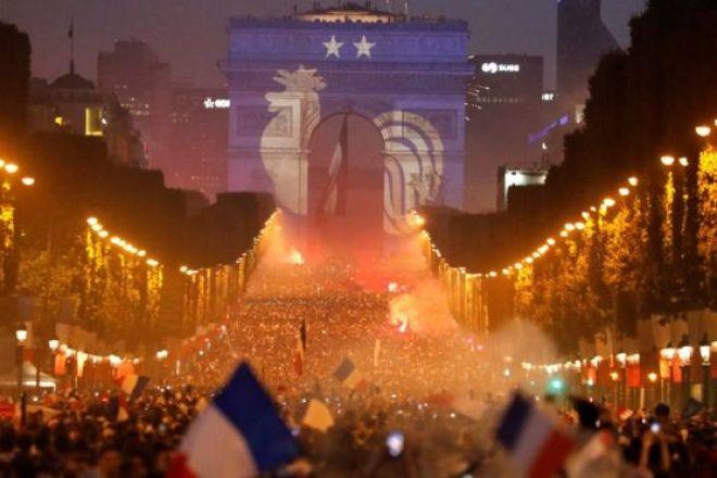 Paris'te Champs-Elysees caddesi