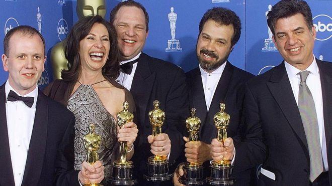 """وينشتاين يتوسط مجموعة من فريق العمل في فيلم """"شكسبير عاشقا"""" الذي فاز بعدة جوائز أوسكار في عام 1999"""