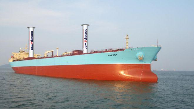 Ilustración de un Maersk P-Class con dos velas rotativas de 30 x 5 m de Norsepower