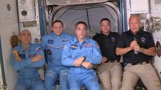 En sağdaki Behnken ve Hurley, istasyondaki ekibe dahil oldu