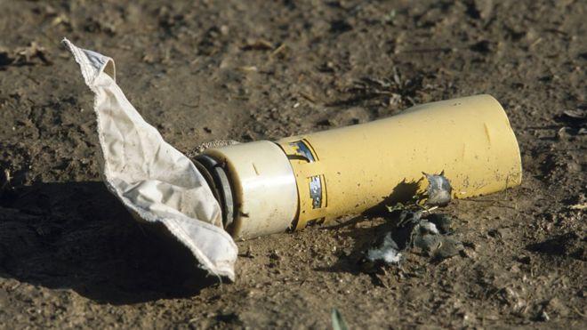 Crianças são vítimas de explosivos deixados próximos às suas casas